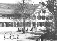 Das erste Schulzimmer Müllheims befand sich im linken unteren Teil dieses Gebäudes. Der Rigelbau rechts war ein Bauernhof.